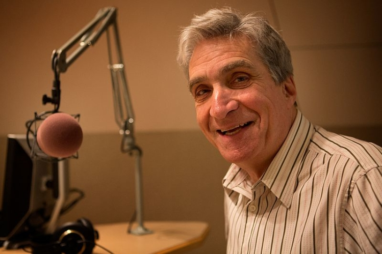 Robert Pinsky at microphone (photo)